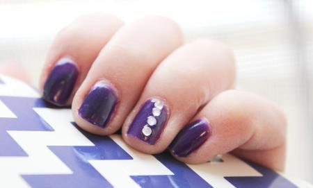 Unghii cu strasuri albe pe nuante de violet