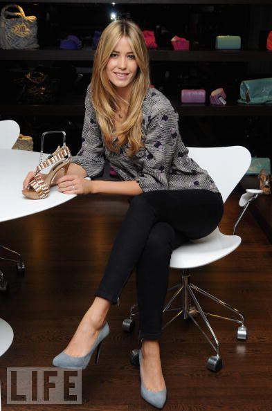 Elena Santarelli promovand pantofi de dama .. ori sandale