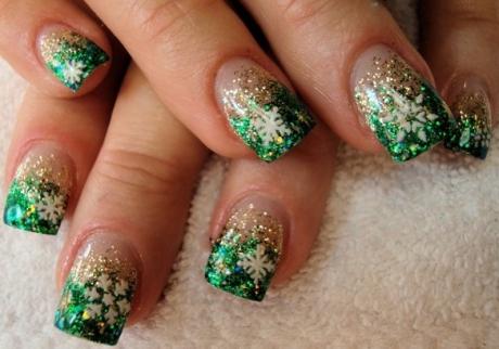 idei noi pt manichiura de craciun: verde si argintiu cu stelute albe.