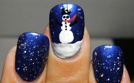 unghii de craciun cu om de zapada alb pictat pe un fond albastru